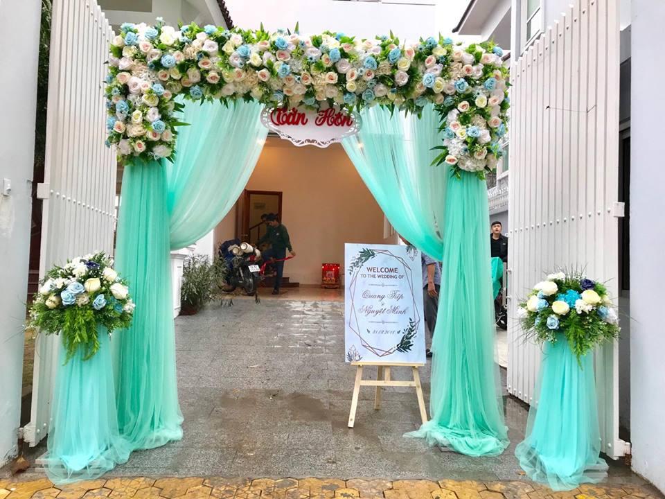 thue-cong-hoa-cuoi-01 Những mẫu trang trí cổng hoa cưới đơn giản mà vẫn đẹp
