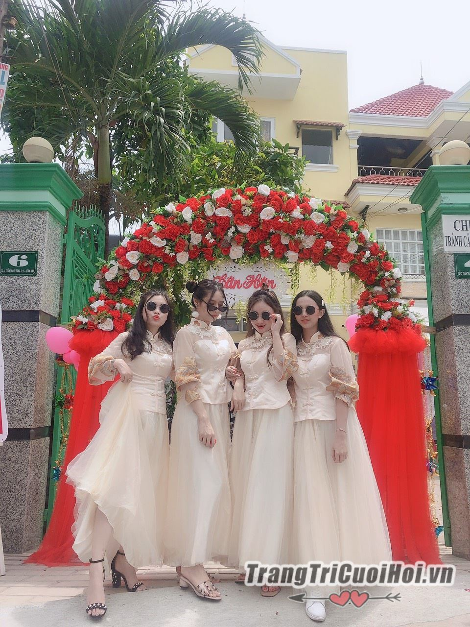 Thue-doi-ngu-bung-qua-2019-71 Những mẫu áo dài bưng quả đẹp được ưa chuộng nhất